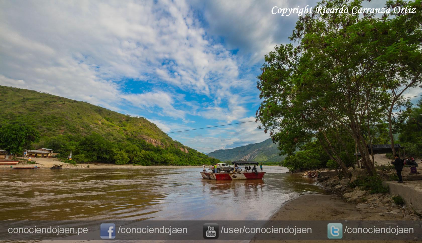 Puerto Huallape Balsas cautivas sobre el río Chinchipe