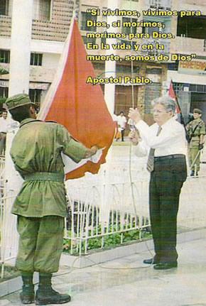 Oscar Duda izando la bandera de Perú